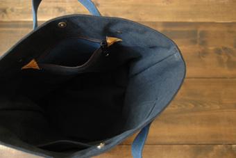 倉敷帆布バケット<ブルー×ブラック>のファスナー吊りポケット