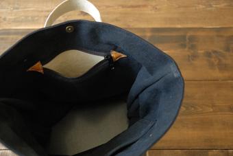 倉敷帆布バケット<サンドベージュ×ブラック>のファスナー吊りポケット
