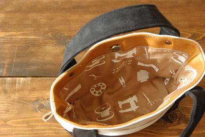 裏地には手捺染による縫製道具をモチーフとしたテキスタルデザインのstudiocoudreオリジナルオックス生地を使用