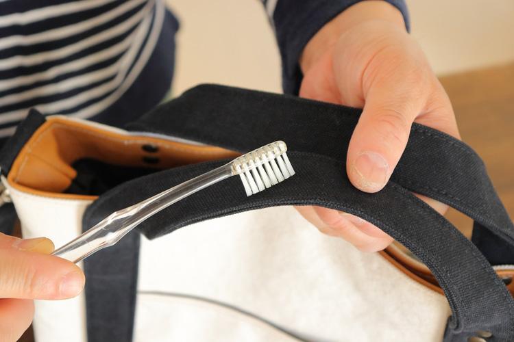 帆布バッグの汚れがひどい場合-歯ブラシで擦る